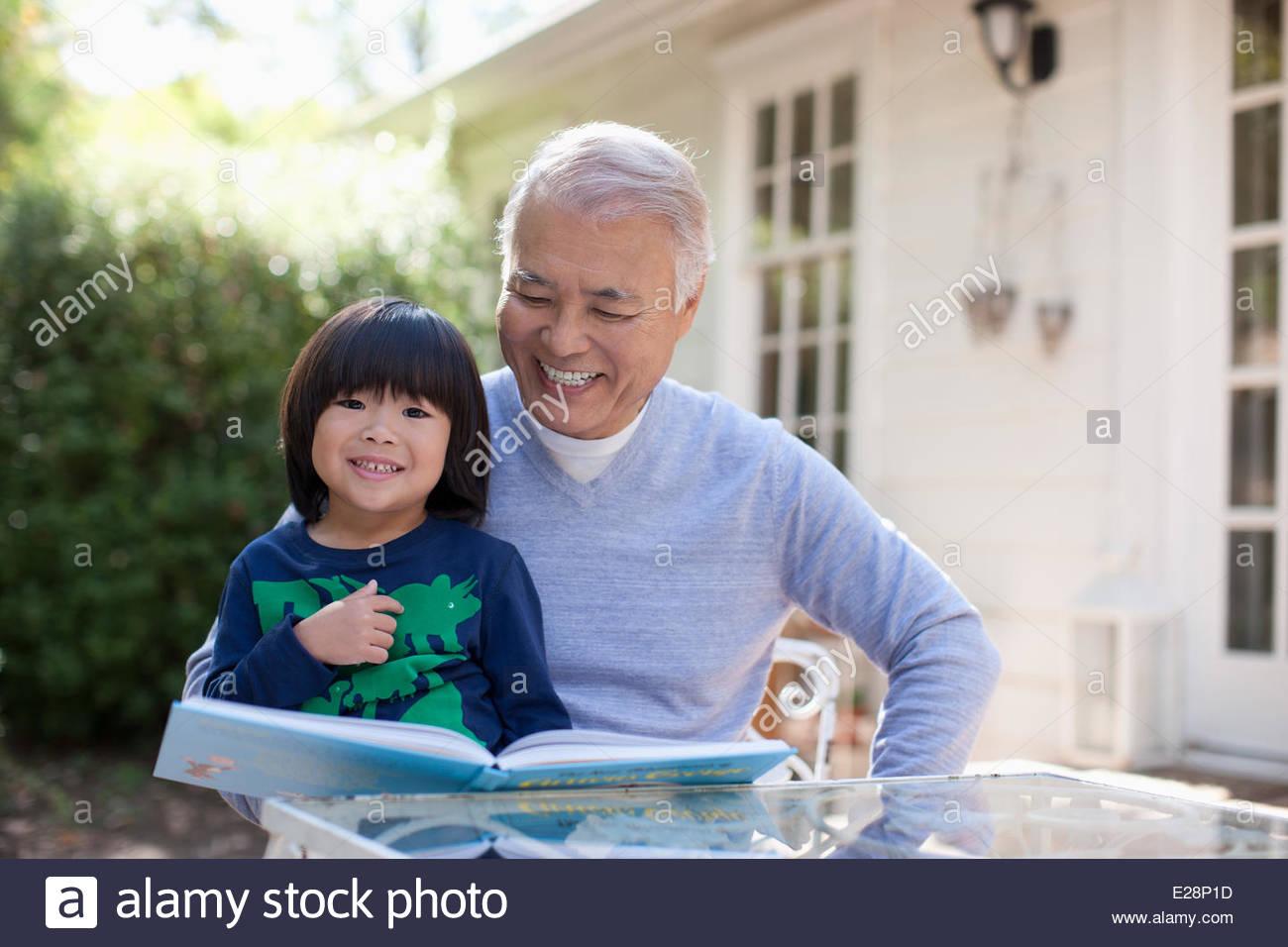Anciano y nieto leer juntos Imagen De Stock