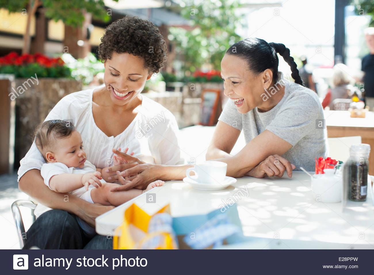 La madre, el hijo y el amigo en el café al aire libre Imagen De Stock