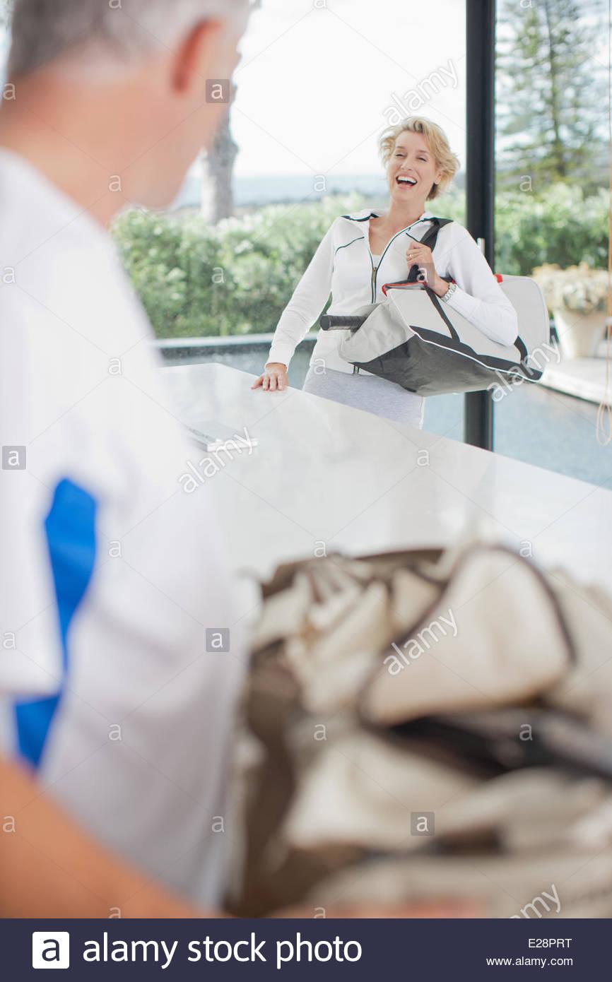 Mujer llevando la raqueta de tenis en la bolsa de gimnasio Imagen De Stock