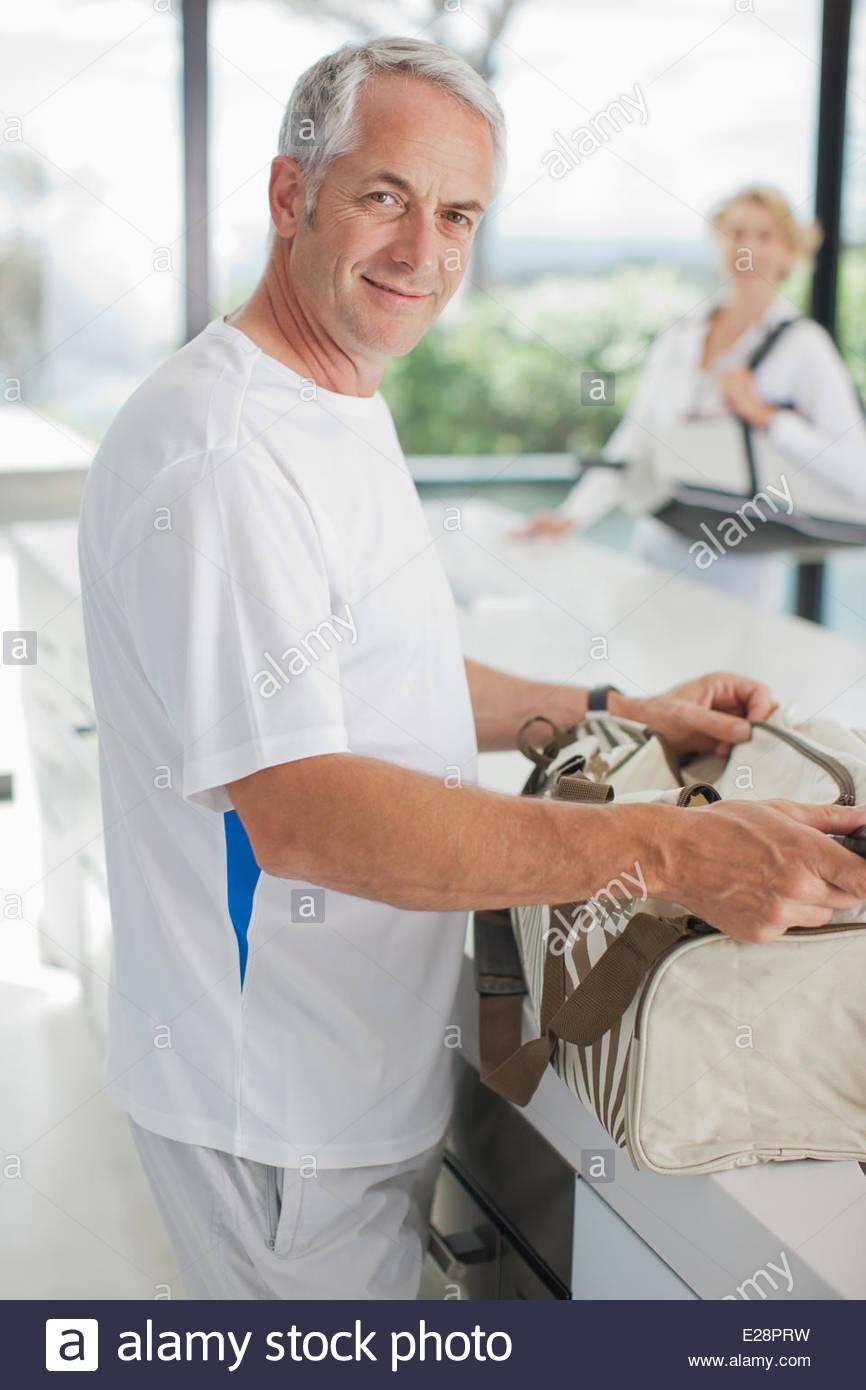 El hombre raqueta de tenis en la bolsa de gimnasio Imagen De Stock