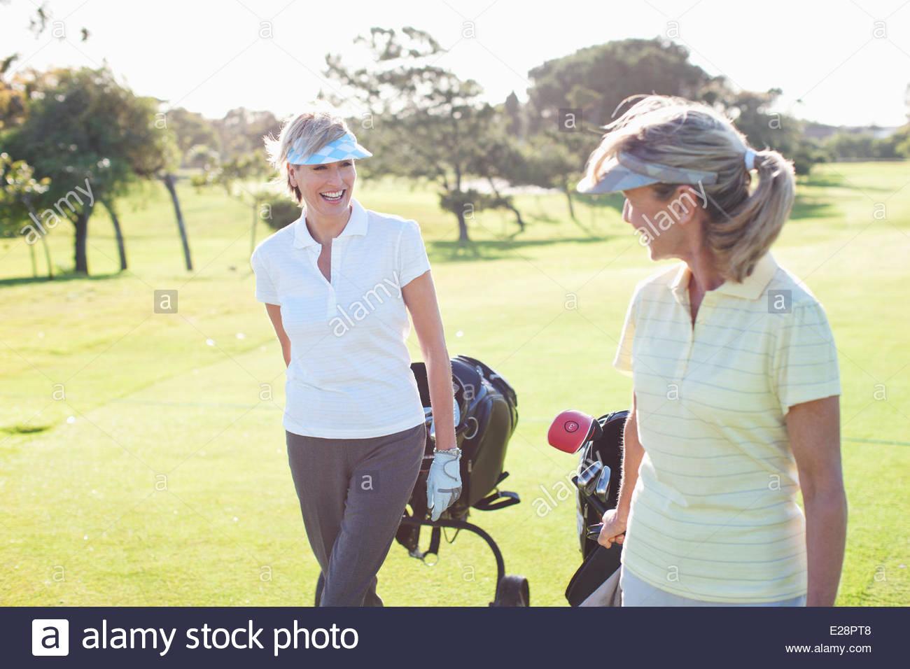 Mujer jugando al golf Imagen De Stock