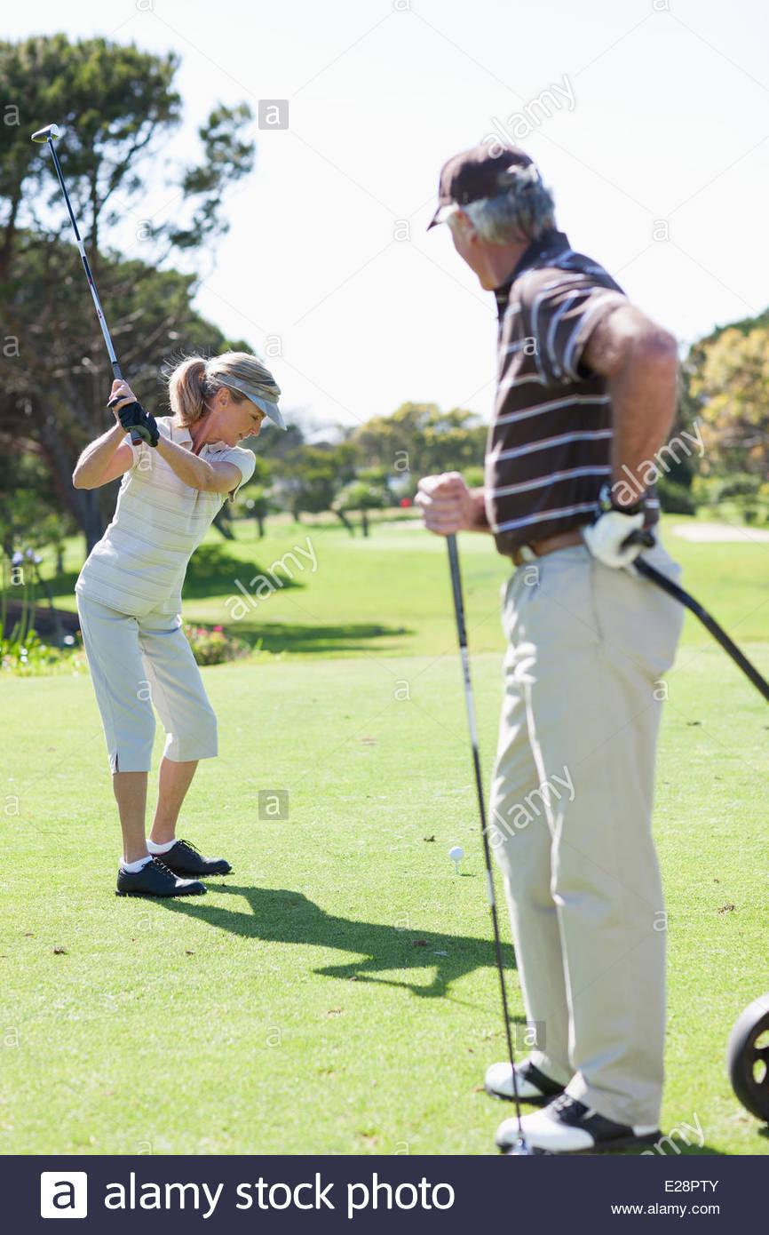 Pareja jugando al golf Imagen De Stock