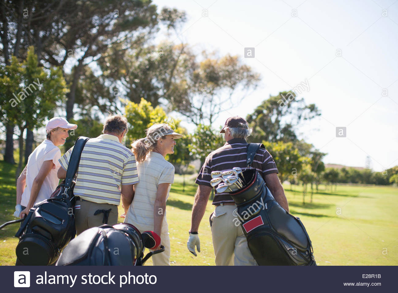 Pareja llevar bolsas de golf Imagen De Stock