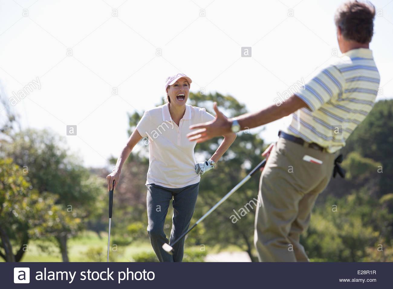 Pareja madura disfrutando de golf Imagen De Stock