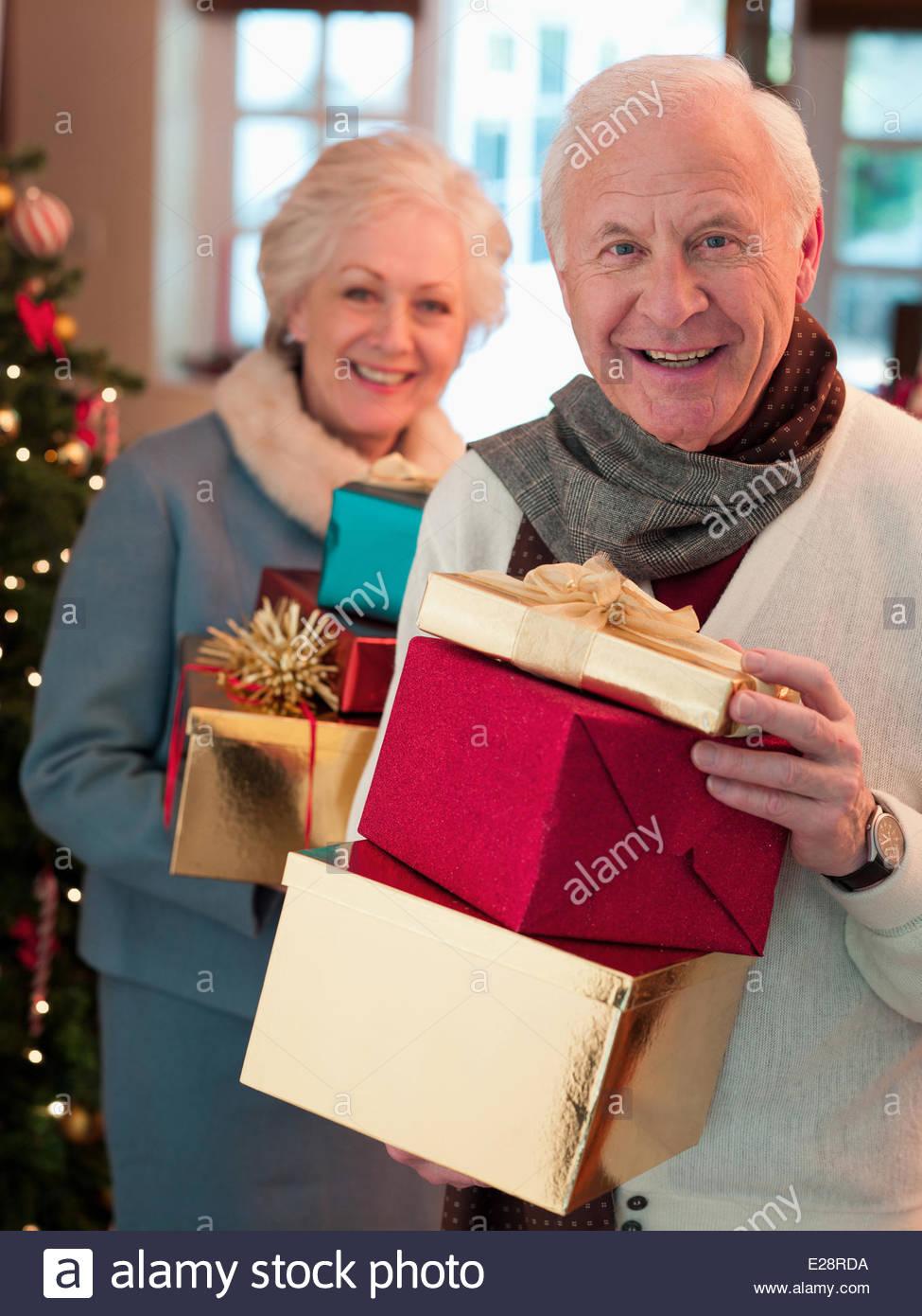 Par la celebración de regalos de Navidad Imagen De Stock