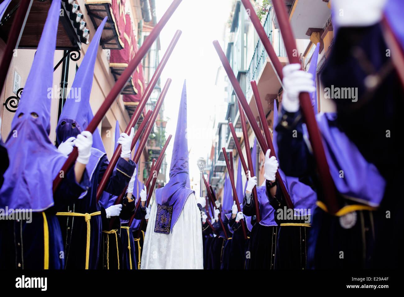 Túnica,encapuchados que participan en la Fiesta de Semana Santa en Málaga. Foto de stock