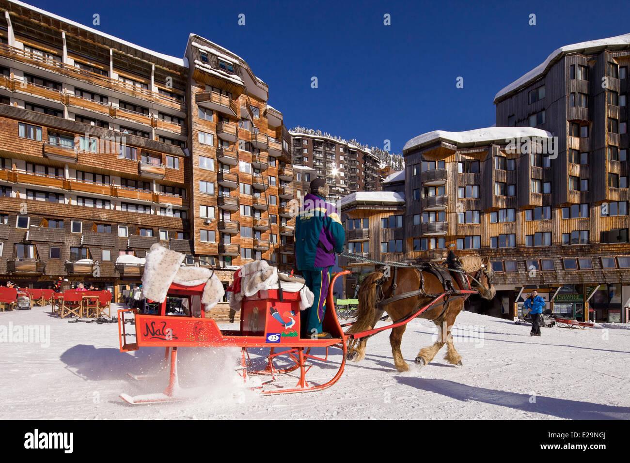 Francia, Haute Savoie, Avoriaz, prohibido para los vehículos, trineo permitiendo que se mueve Imagen De Stock