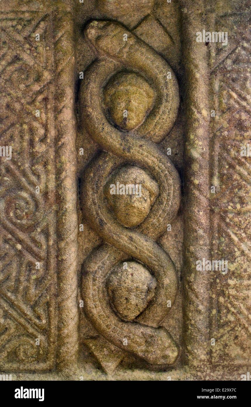 Irlanda, en el Condado de Louth, Monasterboice, Gran Cruz de Muiredach (900-923 AD), retrato entrelazado jefes y Imagen De Stock