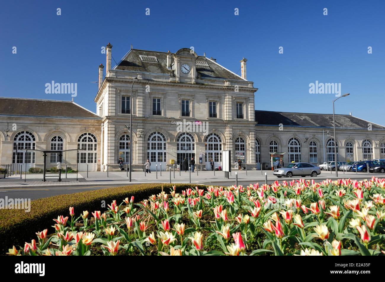 Francia, Ardenas, Sedán, Plaza de la estación de tren, la estación de trenes (SNCF) Imagen De Stock