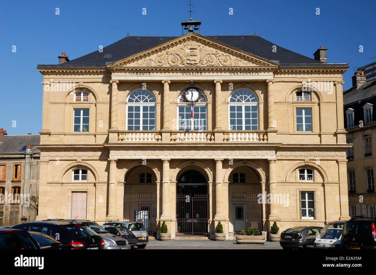 Francia, Ardenas, Sedán, Turenne Square, el Ayuntamiento de la ciudad de Sedan Imagen De Stock