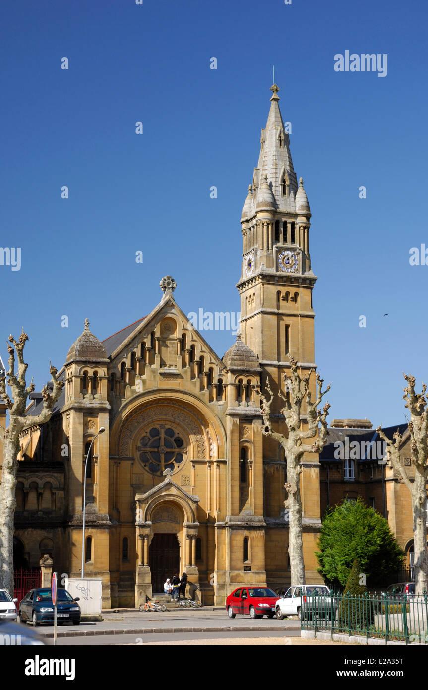 Francia, Ardenas, Sedán, Plaza de Alsace Lorraine, la iglesia protestante de Sedan Imagen De Stock