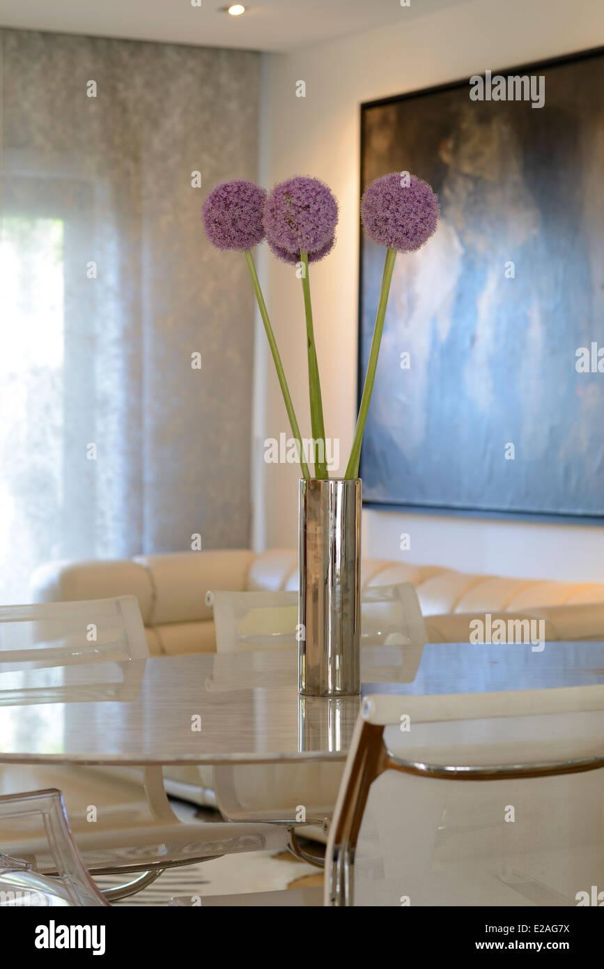 Jarrón con flores en la mesa de comedor Imagen De Stock