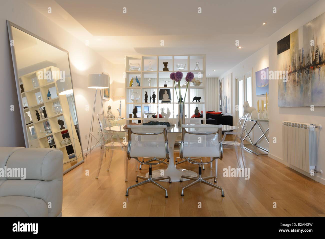 Mesa de comedor y sillas con un diseño interior moderno y contemporáneo salón Imagen De Stock