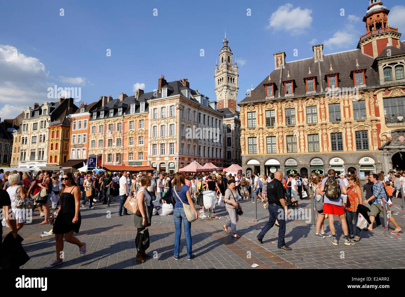 Francia, Nord, Lille, mercadillo (Braderie), la muchedumbre a la Grand Place, con el campanario de la cámara Imagen De Stock