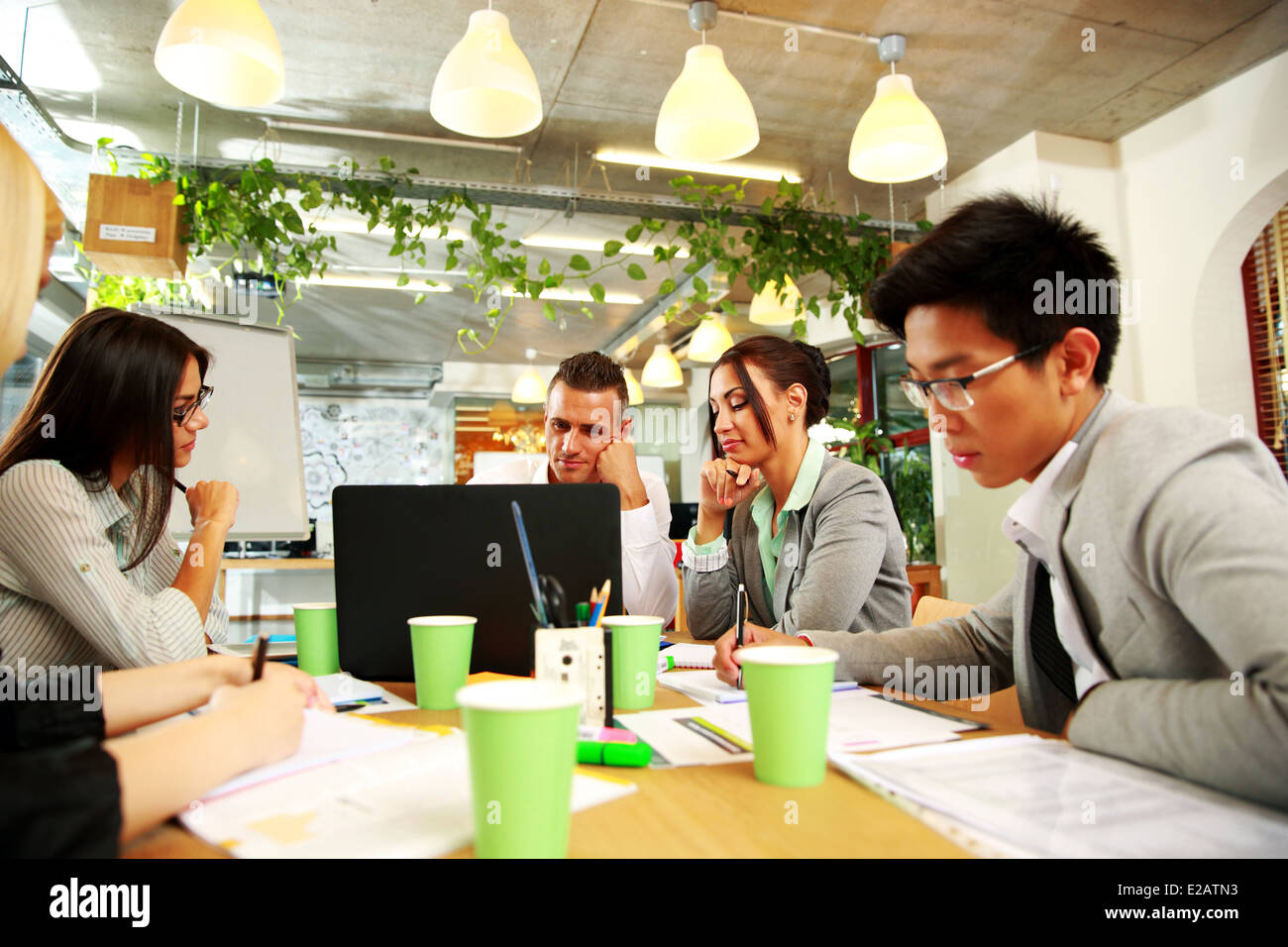 Gente de negocios reuniendo en torno a una mesa de oficina Imagen De Stock