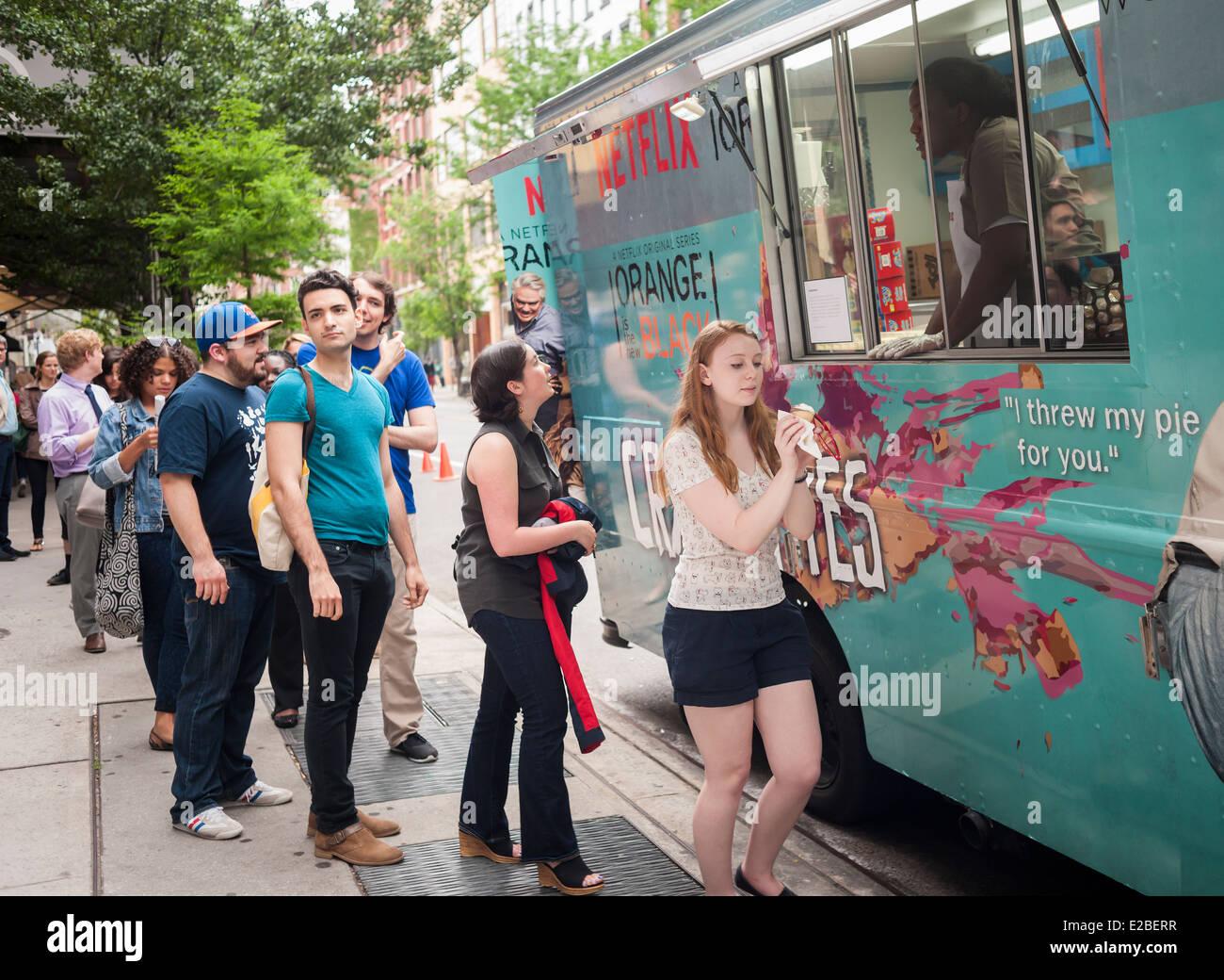 """Los fans de la serie 'Netflix naranja es el nuevo negro"""" se alinean en un camión de alimentos remarcada Imagen De Stock"""