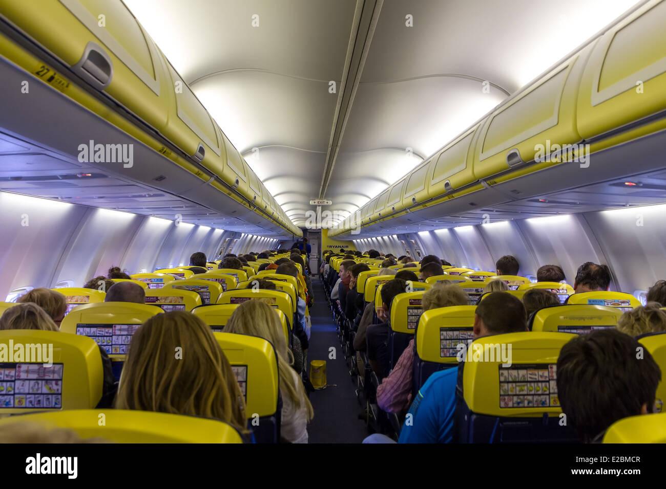 El habitáculo de la compañía aeronáutica Ryanair el 2 de mayo de 2014. Ryanair es una de las mayores aerolíneas europeas de bajo coste por Foto de stock