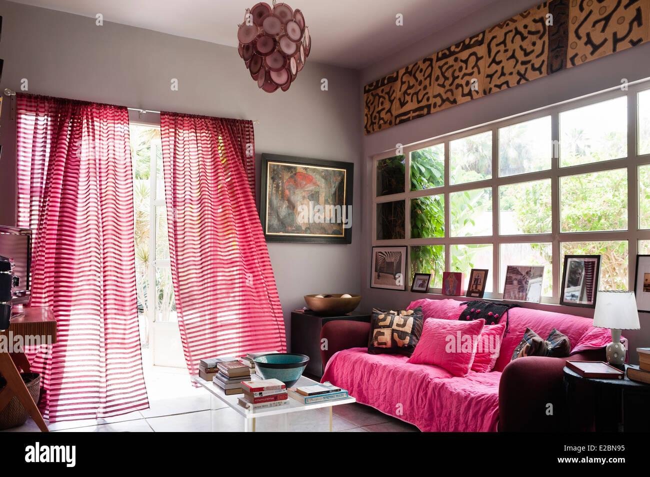 Brisa que sopla a través de las cortinas de rayas en el umbral de baja home Foto de stock
