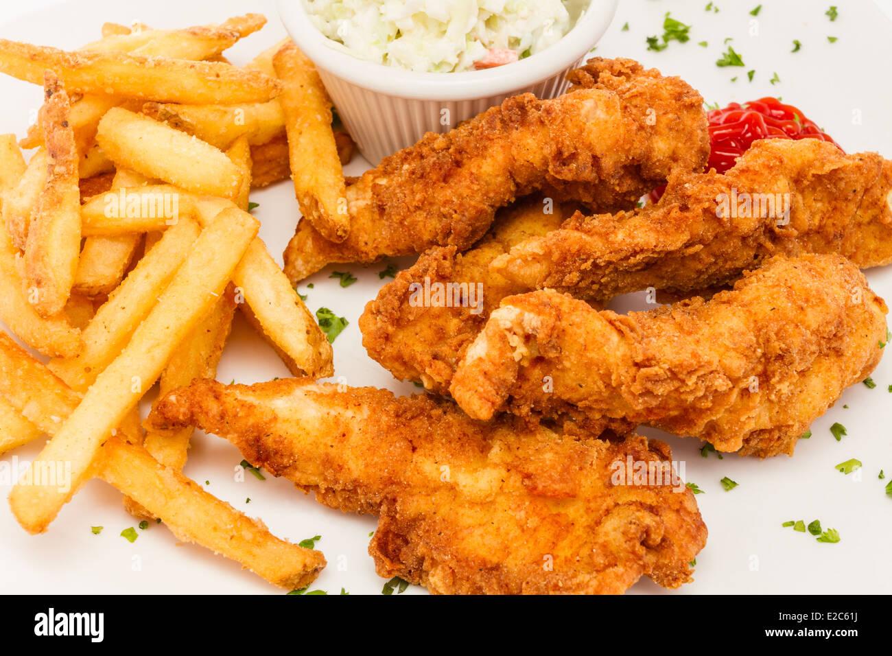 Ofertas de pollo frito servido con patatas fritas y ensalada de col. Imagen De Stock