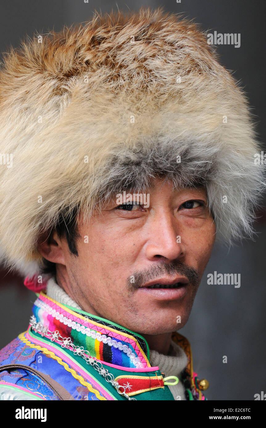 China, Sichuan, Kham, Danba, vistiendo un Khampa fur cap Imagen De Stock