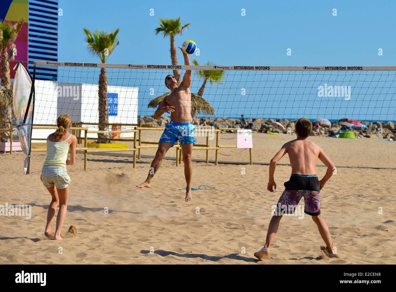 Francia, Herault, Valras Plage, partido de voleibol en la playa Foto de stock