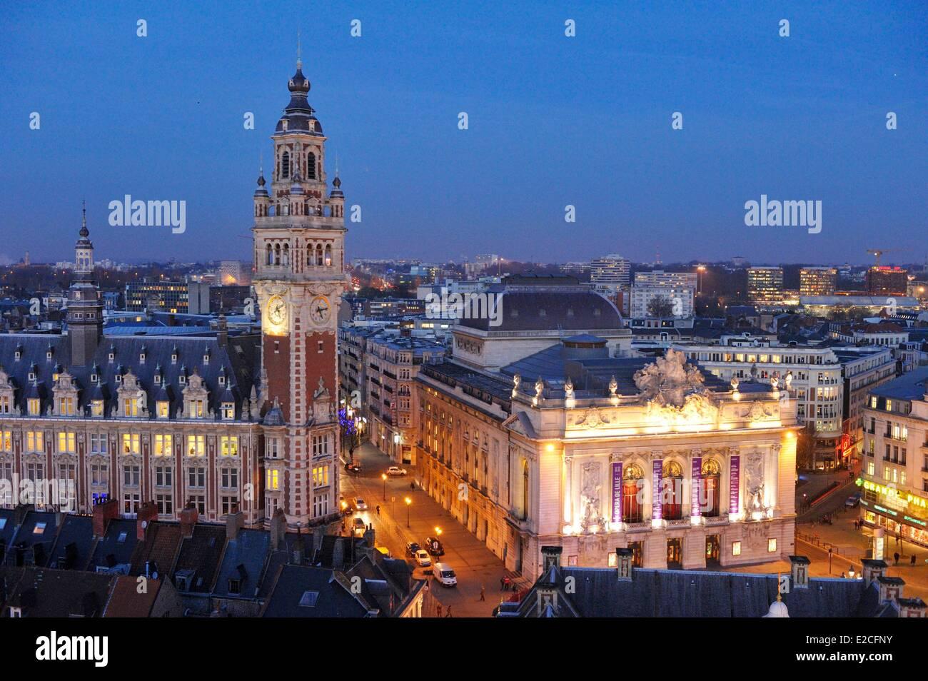 Francia, Nord, Lille, campanario de la Cámara de Comercio e Industria y la Ópera visto por la noche desde Imagen De Stock