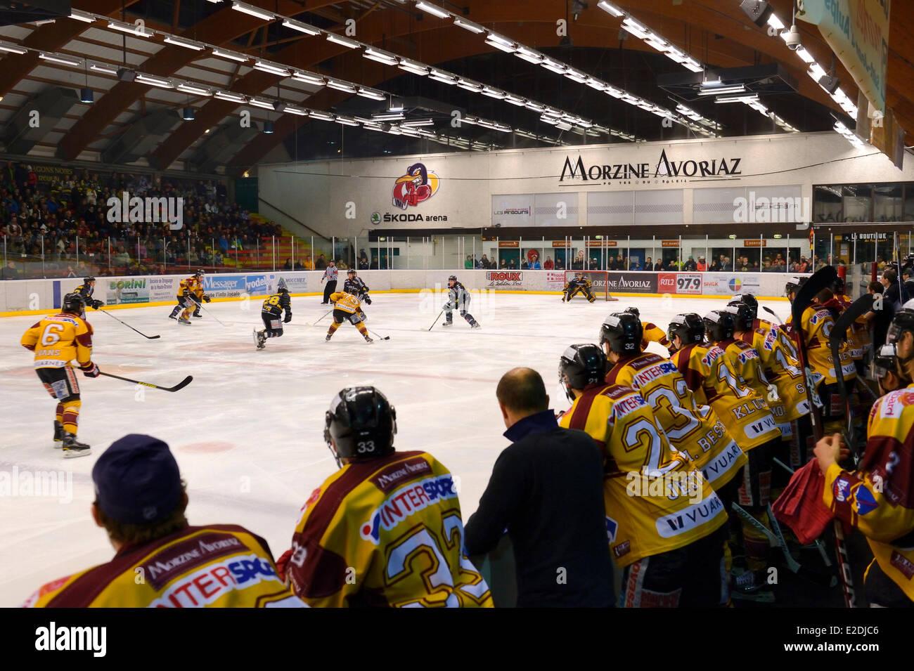 Francia Morzine Haute Savoie juego de hockey sobre hielo de la Morzine-Avoriaz Hockey Club llamado los pingüinos Imagen De Stock