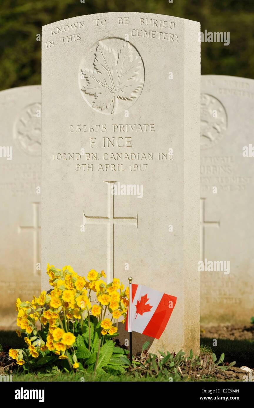 Francia, Pas de Calais, Neuville Saint Vaast canadiense florido, tumba en el cementerio de Commonwealth Imagen De Stock