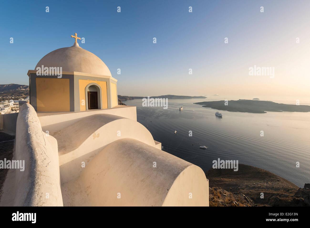 Las Islas Cícladas de Grecia la isla de Santorini (Thira) iglesia en Fira. Imagen De Stock