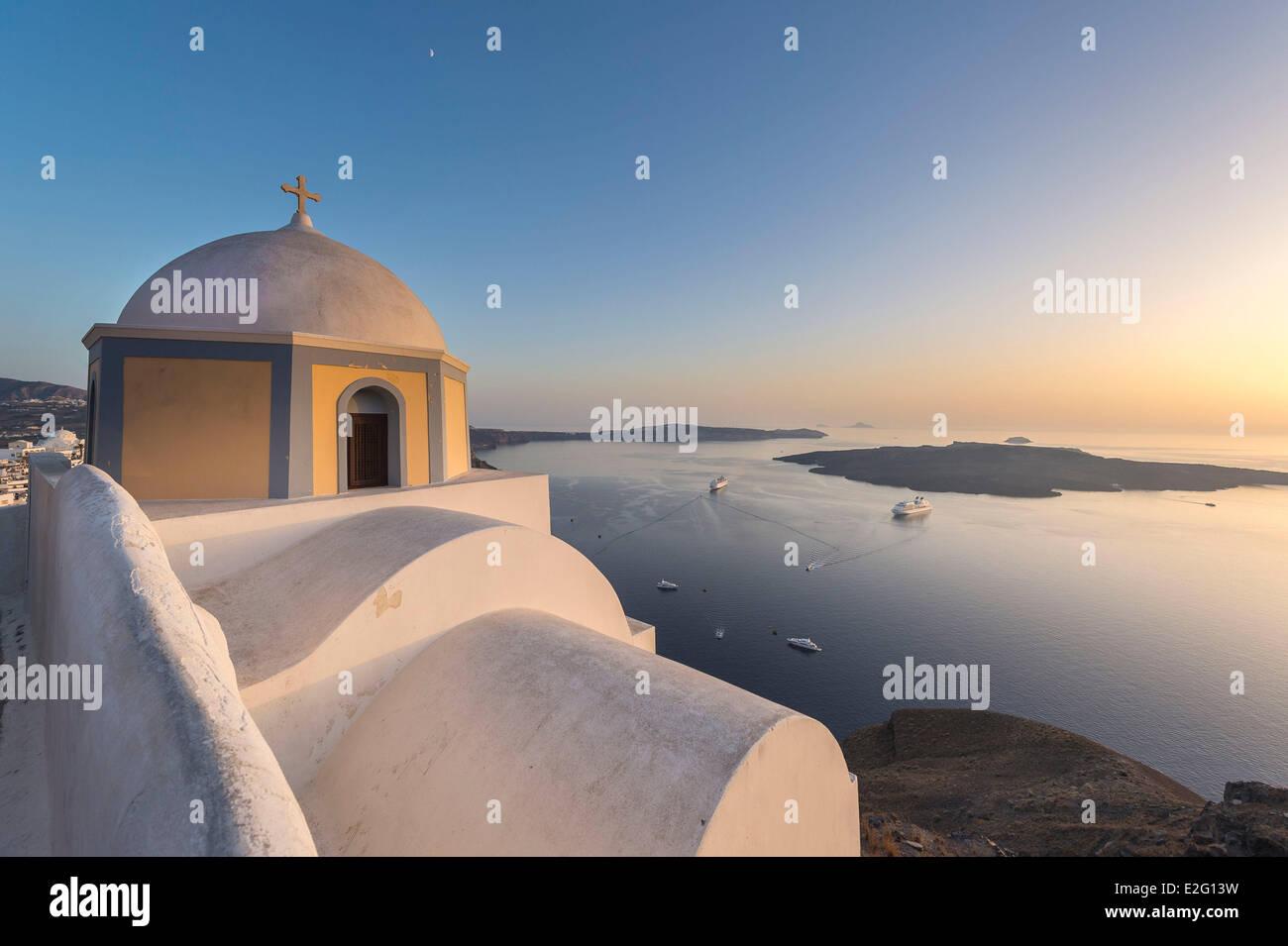 Las Islas Cícladas de Grecia la isla de Santorini (Thira) iglesia en Fira. Foto de stock