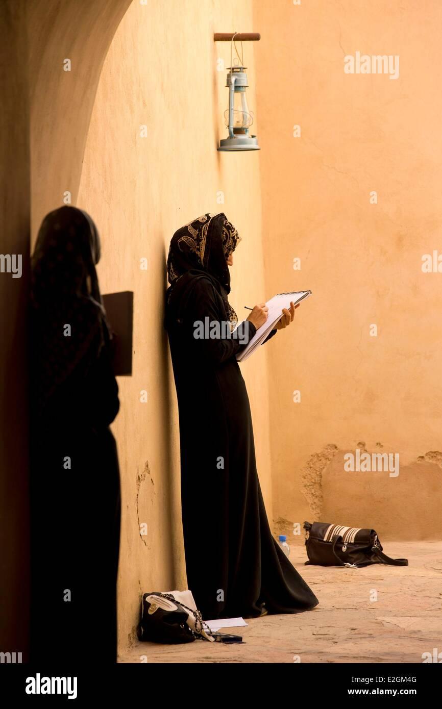 Sultanato de Omán Ad Dakhiliyah región occidental de las montañas Hajar Nizwa fort estudiante Imagen De Stock