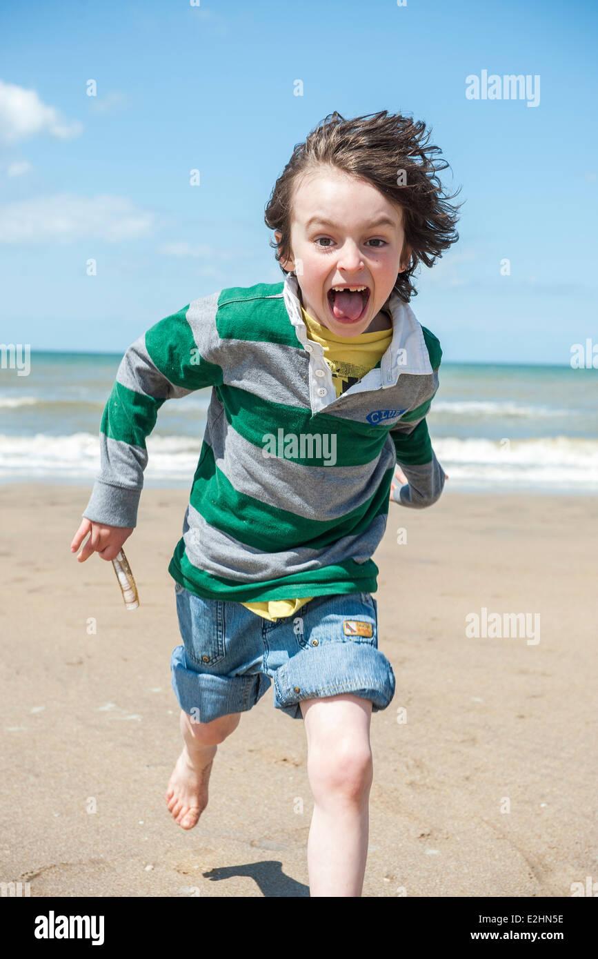 Niño jugando en la playa. Imagen De Stock