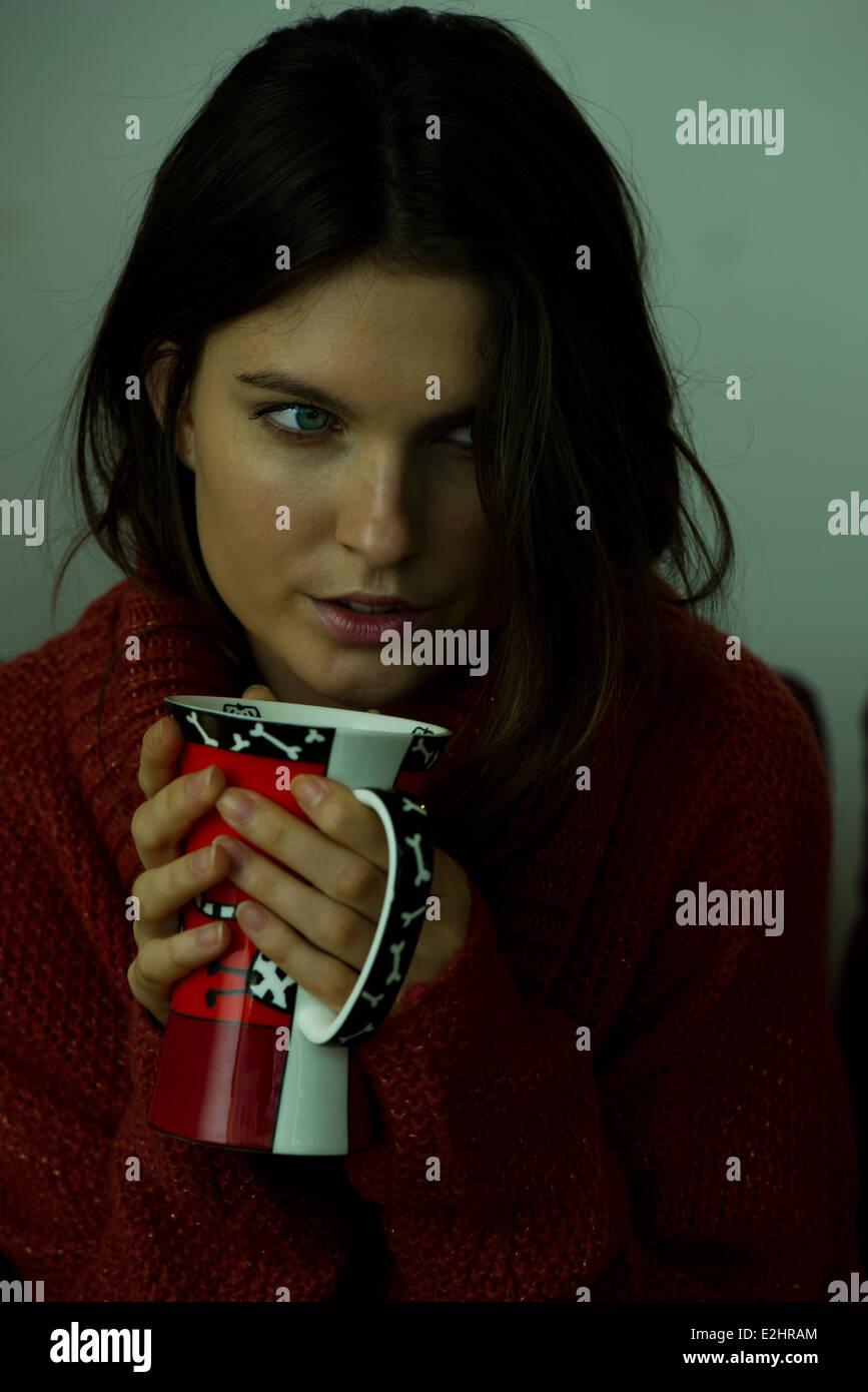 Mujer de suéter sosteniendo la taza, Retrato Imagen De Stock