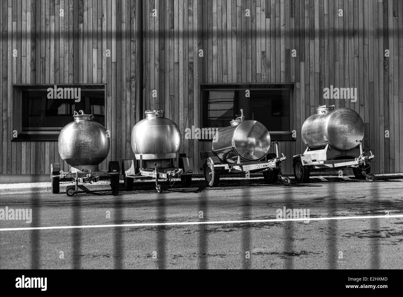 Los tanques de propano se alinearon en vehículos, remolques, lPornic Loire-Atlantique, Francia Imagen De Stock