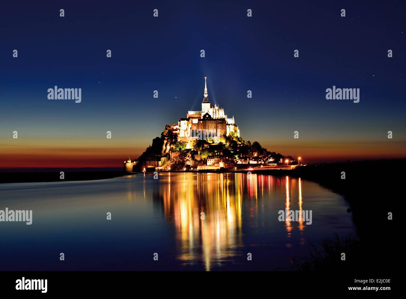 Francia, Normandía: Le Mont Saint Michel por la noche Foto de stock