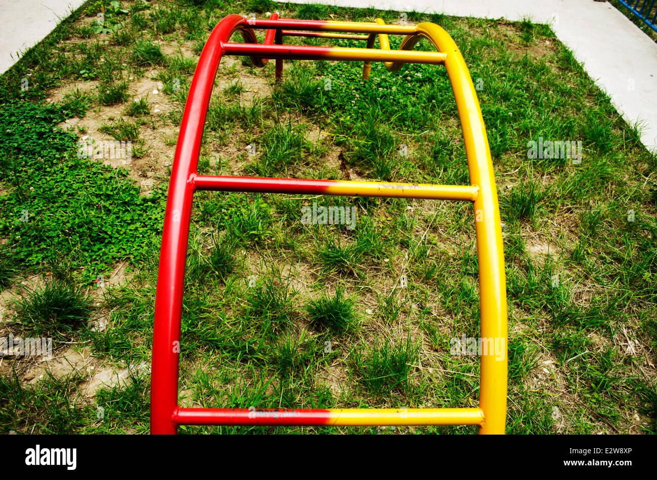 Columpios para niños en ciudad costera muy colorido marco Foto ...