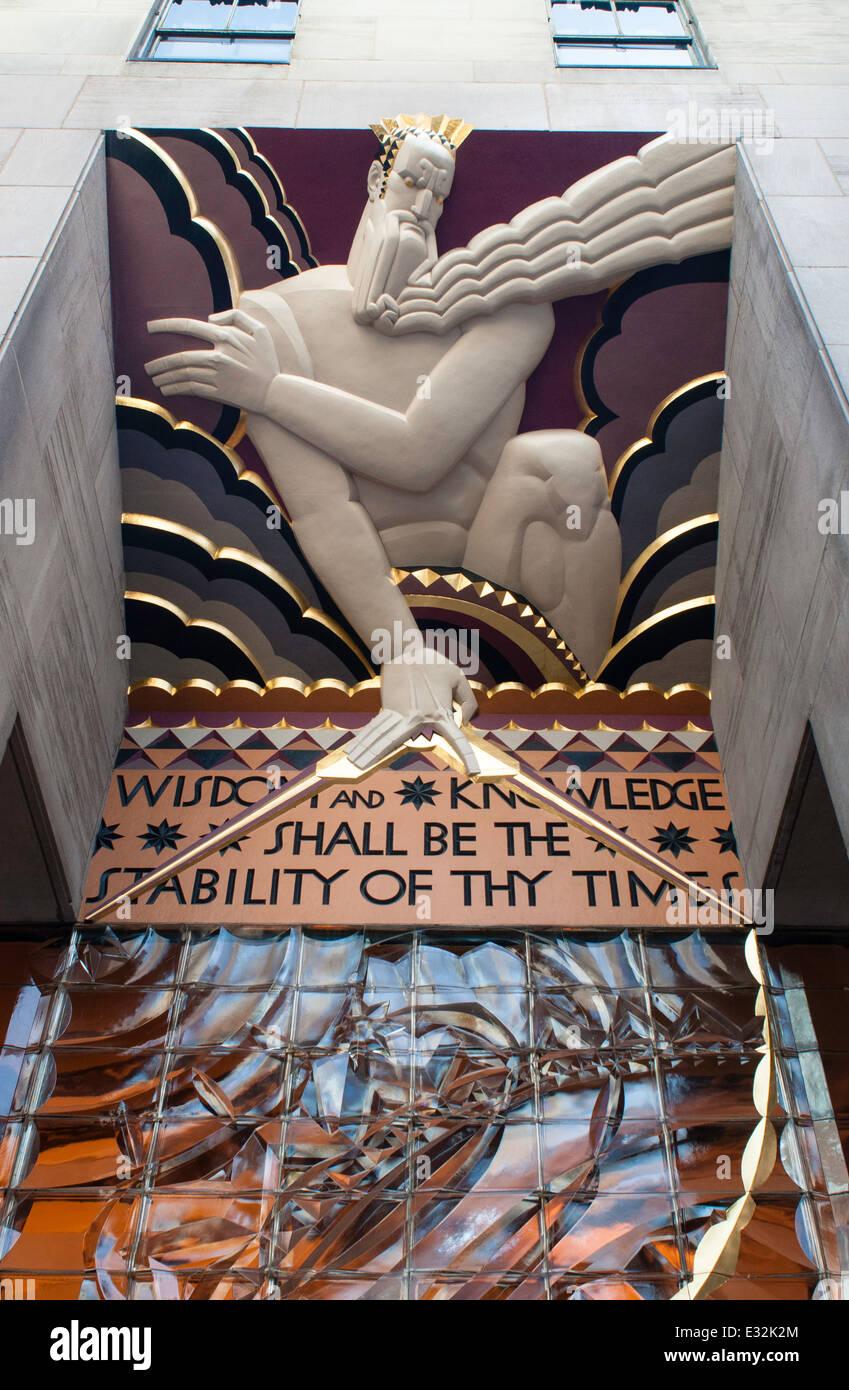 """Bajo relieve panel art deco de """"sabiduría"""" en 30 Rockefeller Plaza Imagen De Stock"""