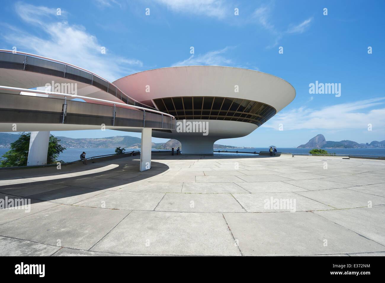 Río de Janeiro, Brasil - Febrero 4, 2014: El modernista Niteroi, Museo de Arte Contemporáneo (MAC) por Imagen De Stock