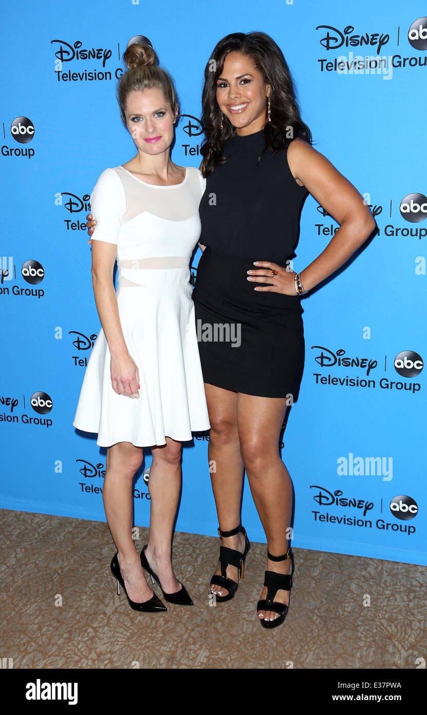 ¿Cuánto mide Maggie Lawson? - Real height Disney-y-abc-tca-summer-tour-de-prensa-celebrada-en-el-beverly-hilton-hotel-llegadas-con-maggie-lawsonlenora-crichlow-donde-los-angeles-california-estados-unidos-cuando-el-04-de-agosto-de-2013-e37pwa