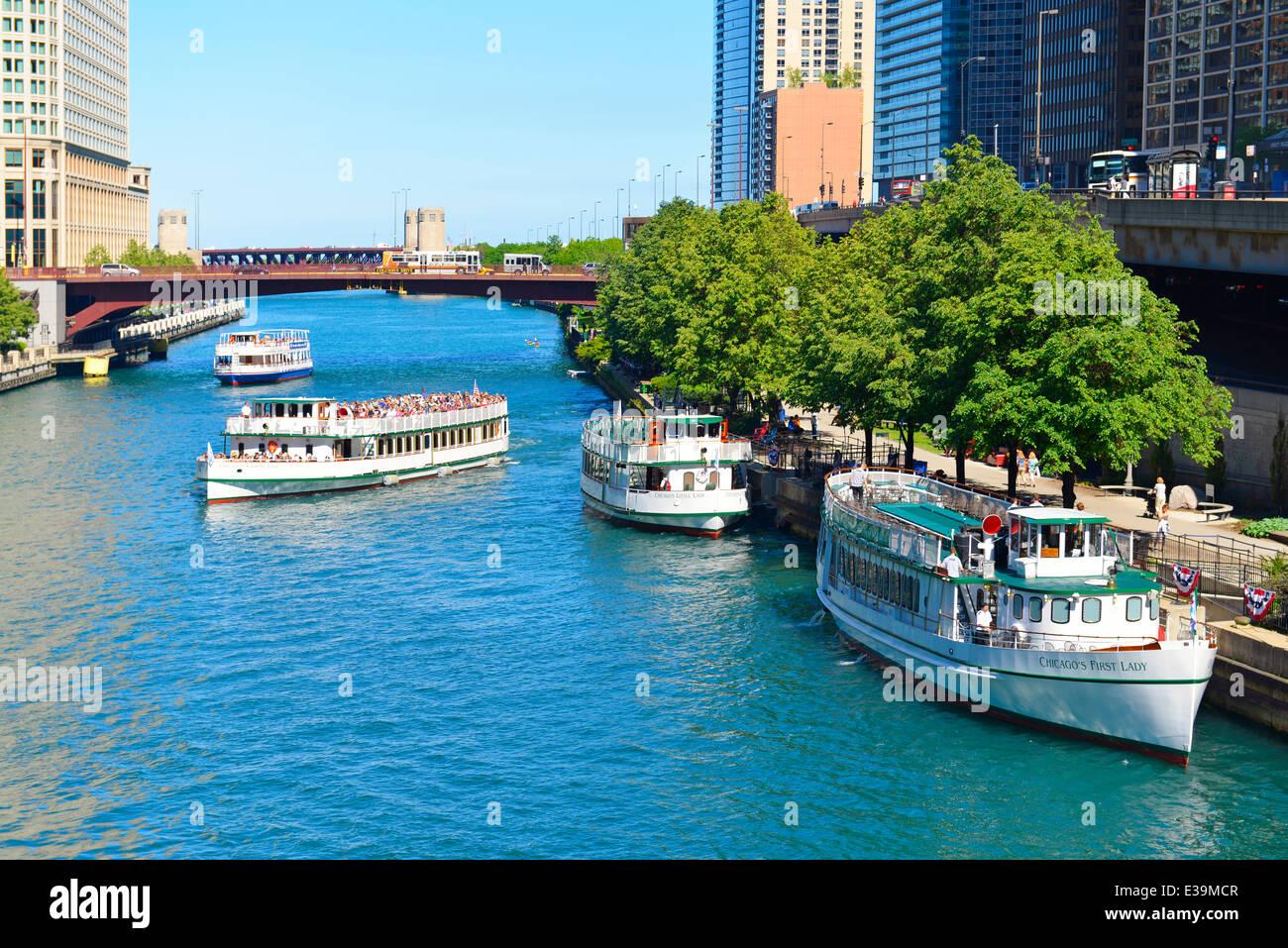 Crucero por el Río Chicago, barco turístico, barcos a lo largo del famoso Riverwalk de Chicago, Illinois, Imagen De Stock