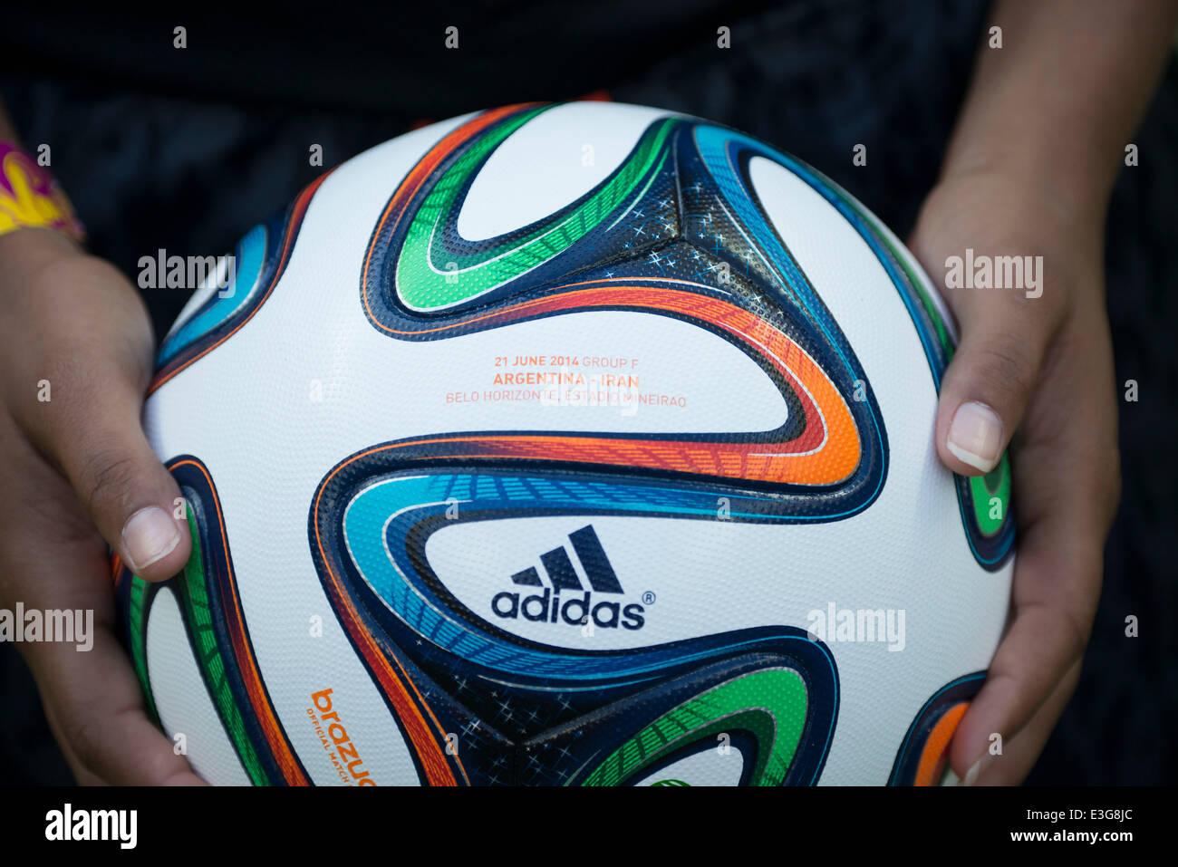 942732cd7f El balón de fútbol soccer   Una vista general de Brazuca antes de la Copa  Mundial de la FIFA Brasil 2014 Grupo F partido entre ...