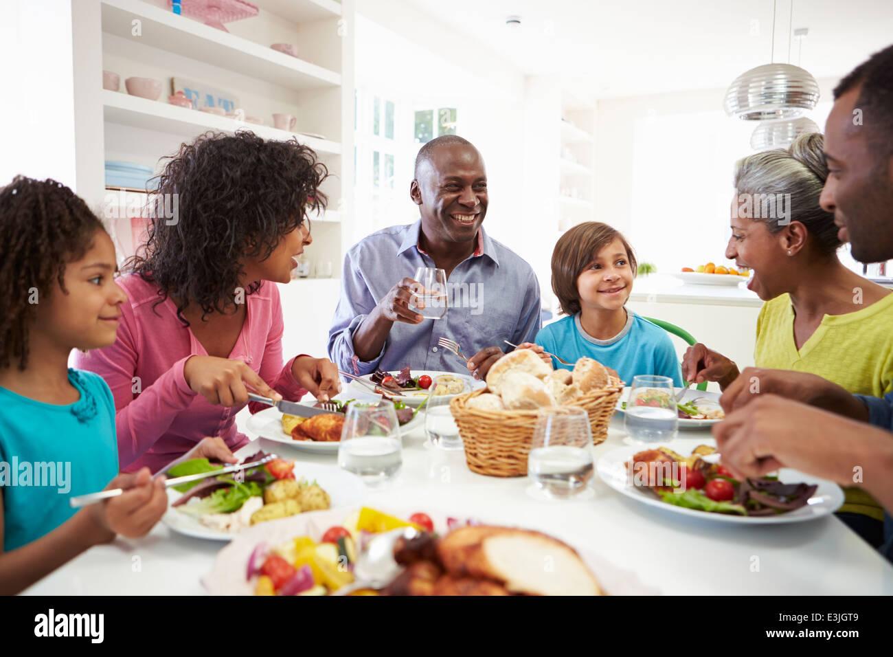 Varias generaciones de la familia afroamericana comiendo comida en casa Imagen De Stock