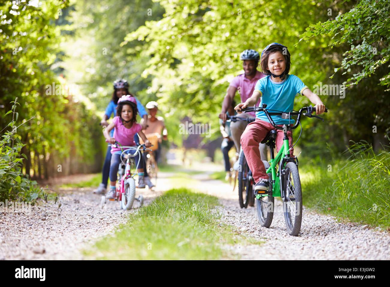 Varias generaciones de la familia afroamericana en Paseo en Bicicleta Imagen De Stock