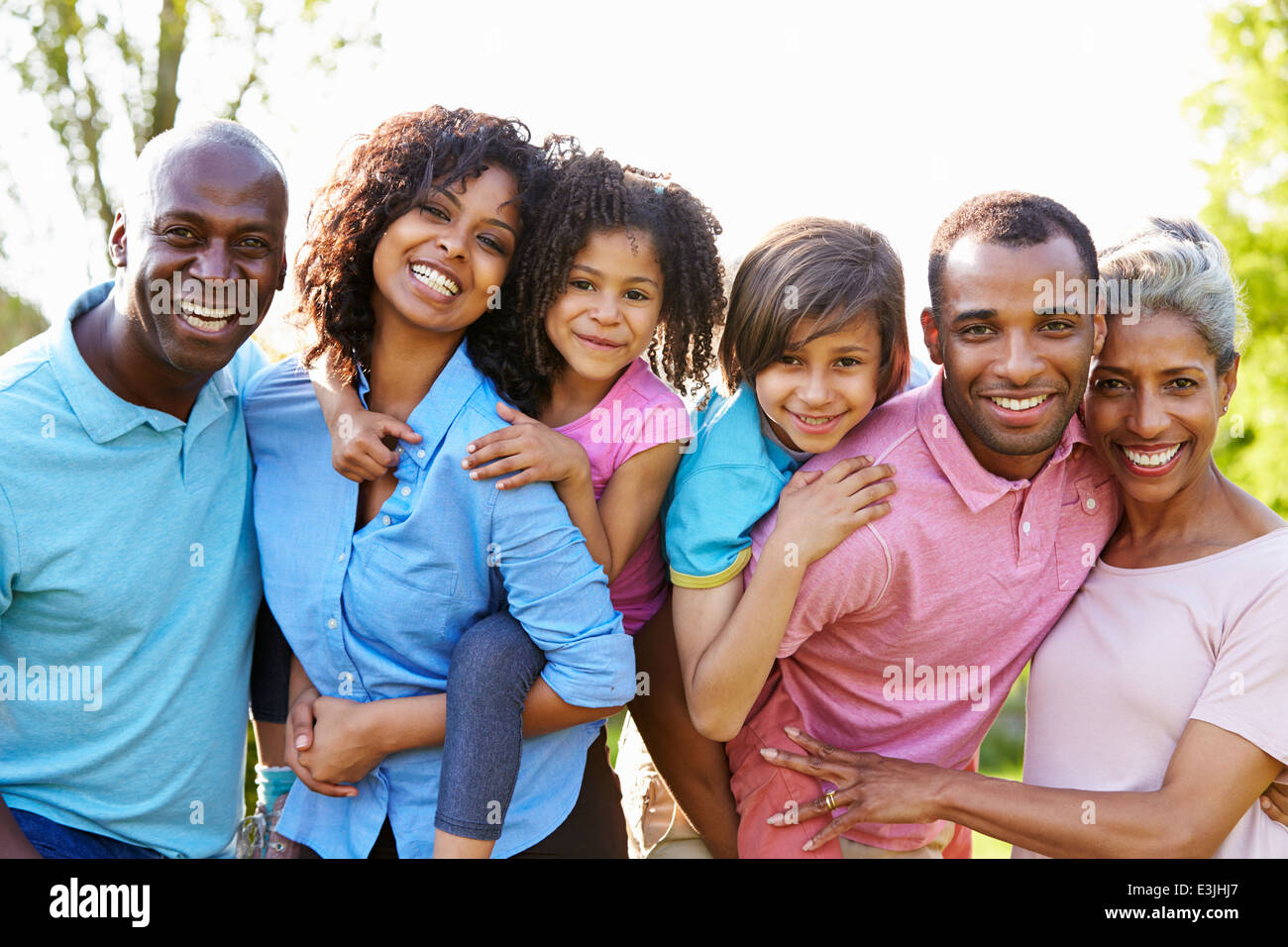 Varias generaciones de la familia afroamericana de pie en el jardín Imagen De Stock