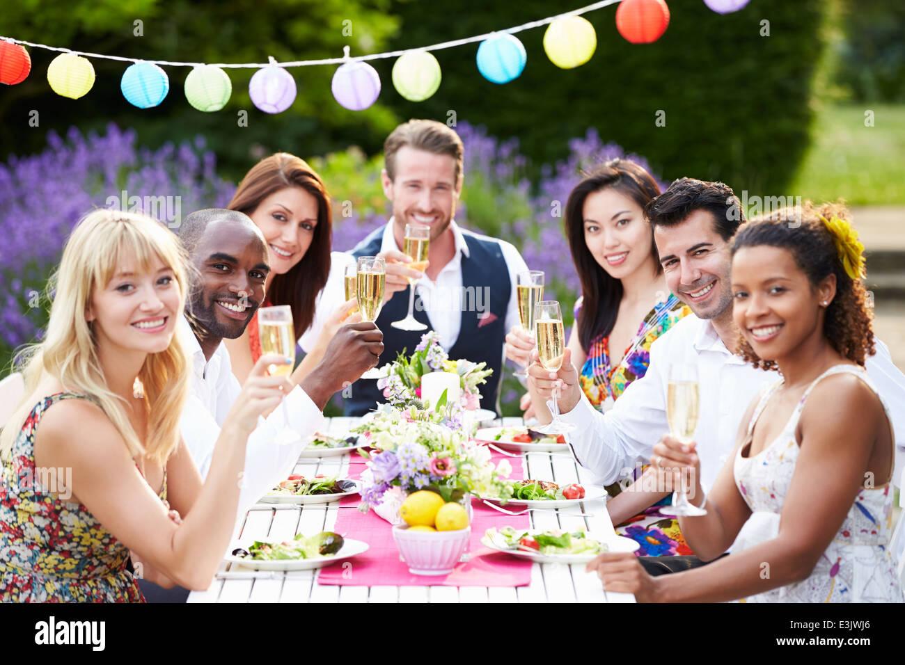 Grupo de amigos disfrutando de cena al aire libre Imagen De Stock