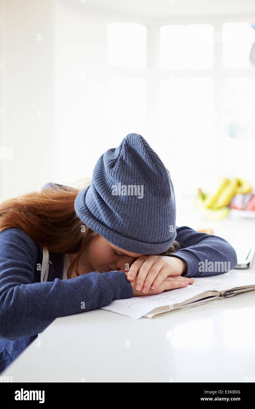 Pisado chica estudiando en casa Imagen De Stock