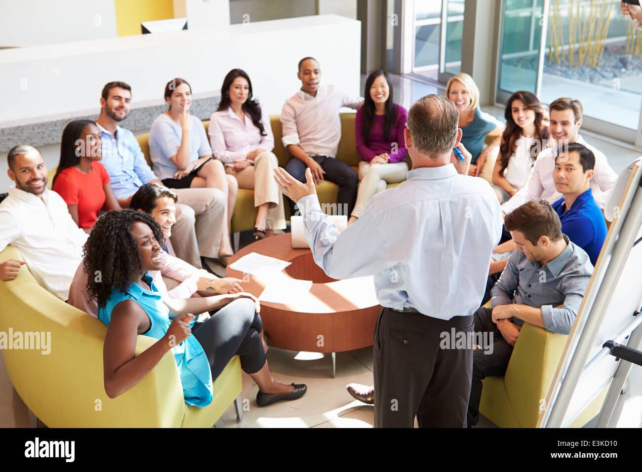 Empresario haciendo a colegas de la oficina de presentación Imagen De Stock