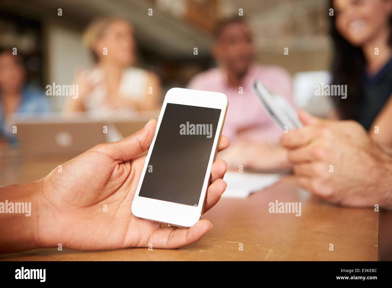 Teléfono móvil utilizado por el arquitecto en la reunión Imagen De Stock