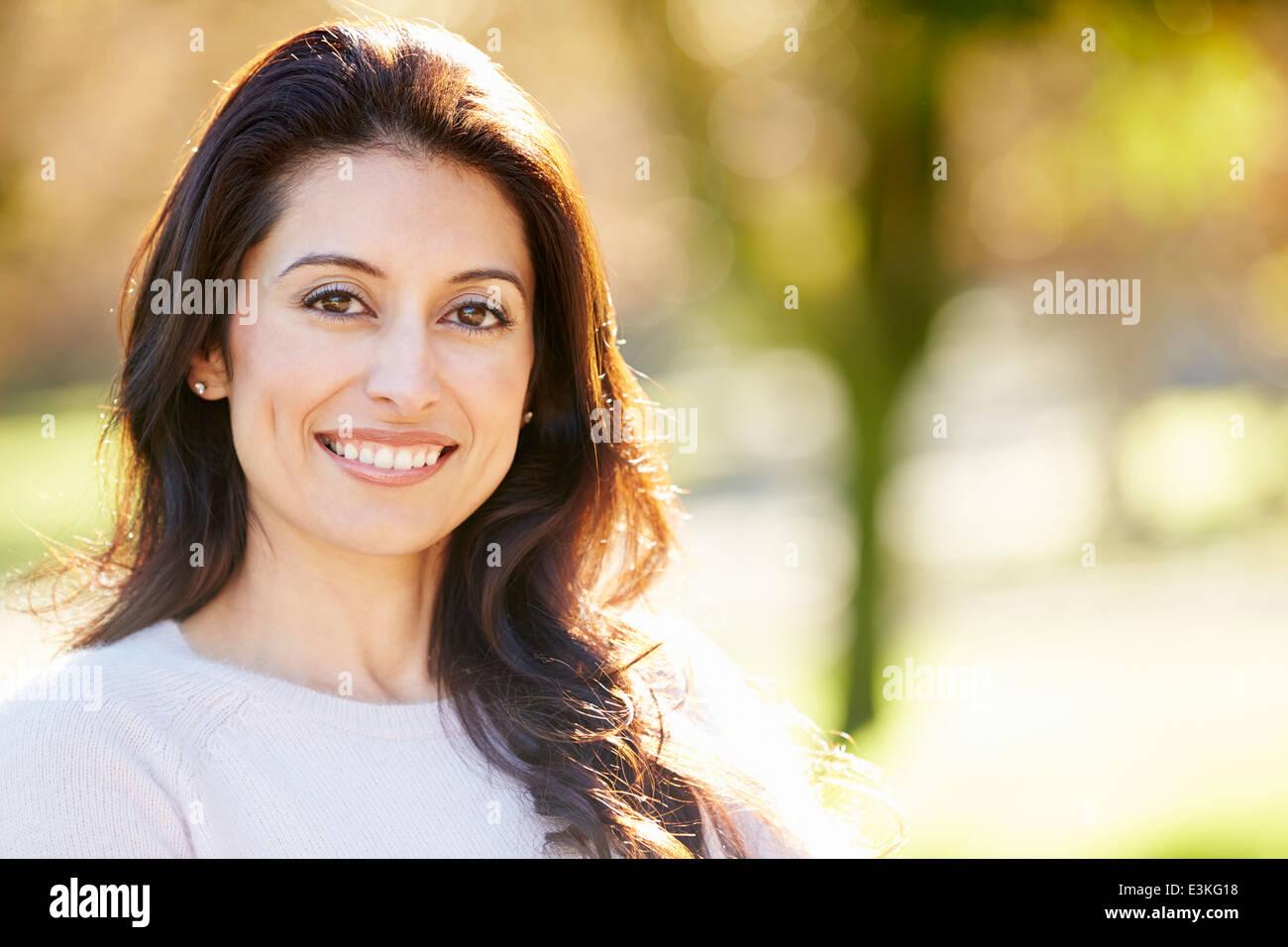 Retrato de mujer hispana atractiva en campo Imagen De Stock