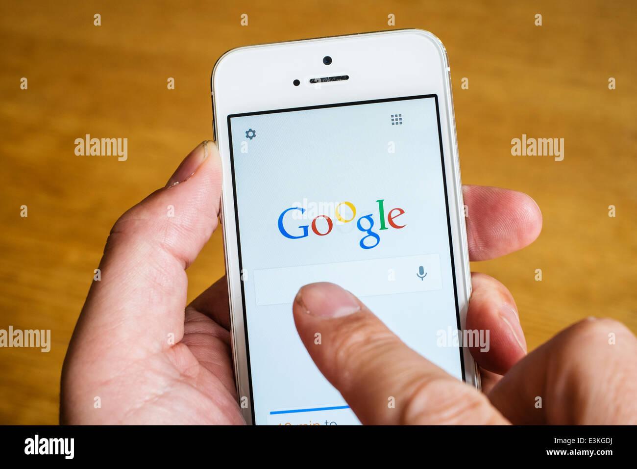 Detalle del motor de búsqueda de Google App iPhone homepage en teléfonos inteligentes. Foto de stock